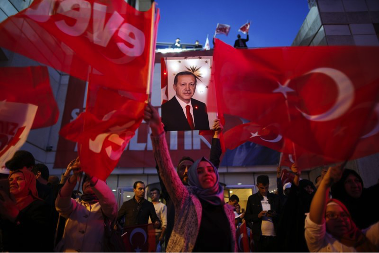 Erdogan wins narrowly in referendum to expand powers